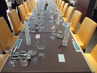 20人の着席を待ちわびるテーブルセット