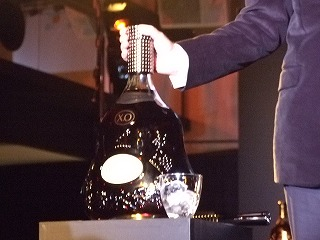これがヘネシーX.O マチュザレムのボトル。6リットルです。大きさに注目あれ