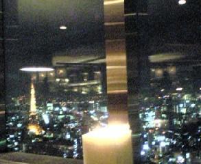 お食事現場からの美しい夜景(写りが悪いですね・・・:笑)。左は東京タワー