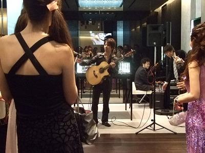 2年前、某パーティーで演奏する谷本光さん