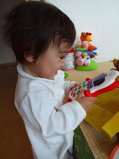 これは、おもちゃの携帯をいじる娘。もう3か月前です