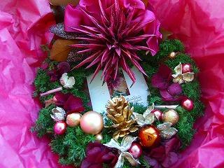 美しいクリスマスリース。ブログで成長したことのメッセージカード付き