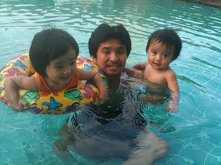初めての子連れ海外旅行 プールで泳ぐ