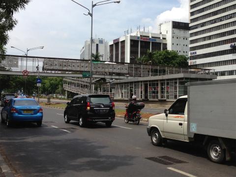 トランス・ジャカルタに乗るには歩道橋を通る必要が
