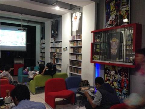 インドネシアのマンガ喫茶 アニメのTシャツや関連グッズ、カード類などの展示も
