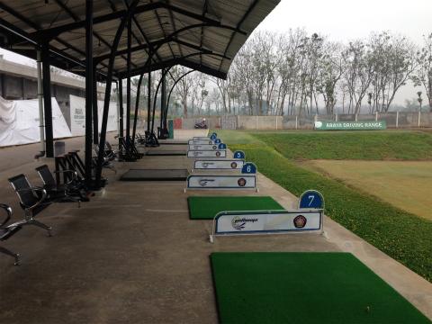 ゴルフ練習場の打席の様子