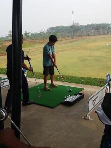 コーチの指導を受けながら初めてのゴルフ体験