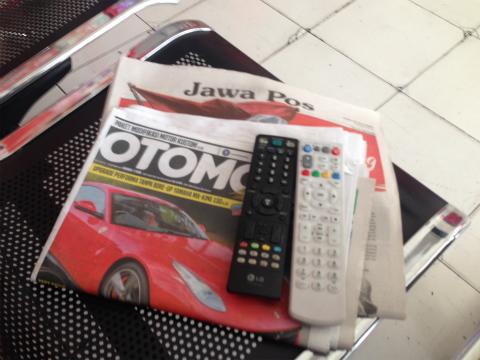 イスに置いてくれた新聞、雑誌、テレビ・・・いっぱい。全部は見切れません!