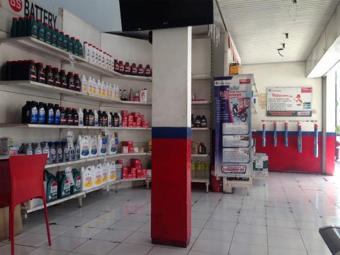 店内の様子。小さい店なのでオープンエアーな感じ