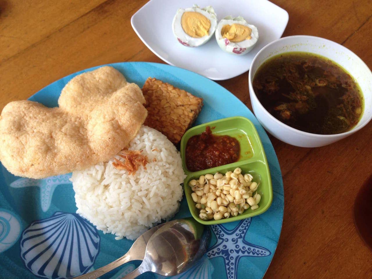 インドネシア名物料理「ナシ・ラウォン」を東ジャワのマラン空港で楽しむ!