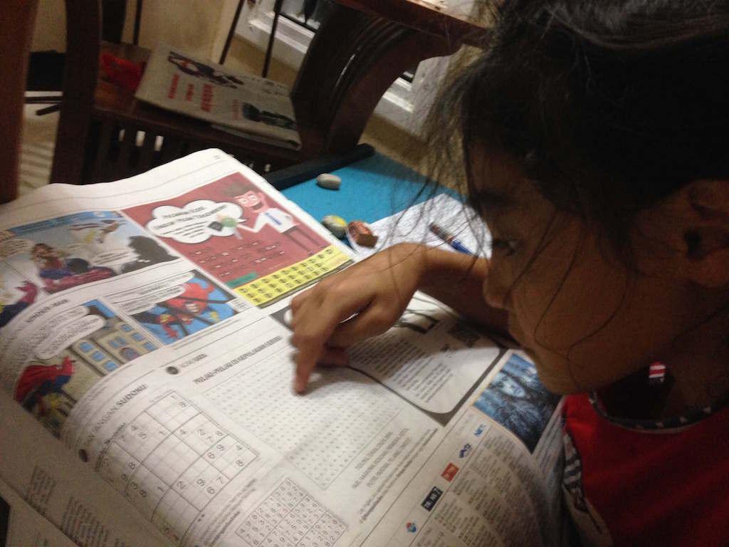 インドネシアの新聞:我が子は貪欲にチェック中