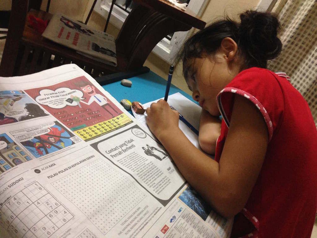 インドネシアの新聞:ノートに転記する熱心さ