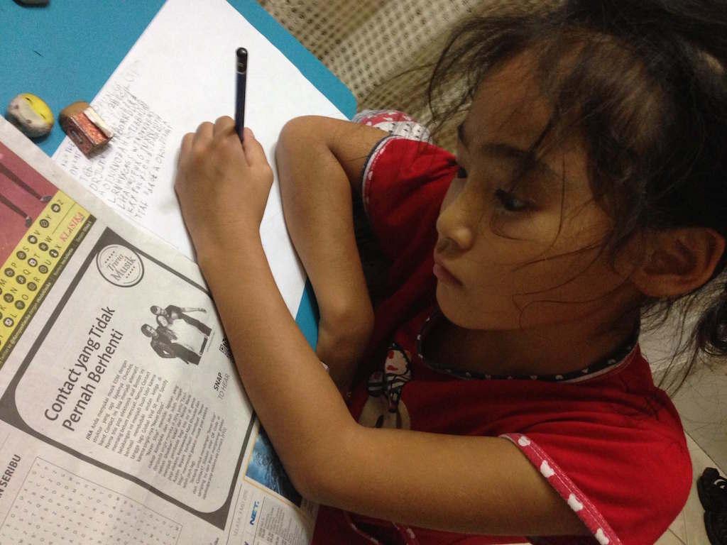 インドネシアの新聞に注目する我が娘