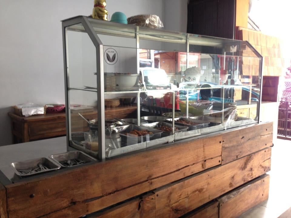 バリ・レギャンの食堂「Warung Sari Bali」で味わう「ナシ・チャンプル」