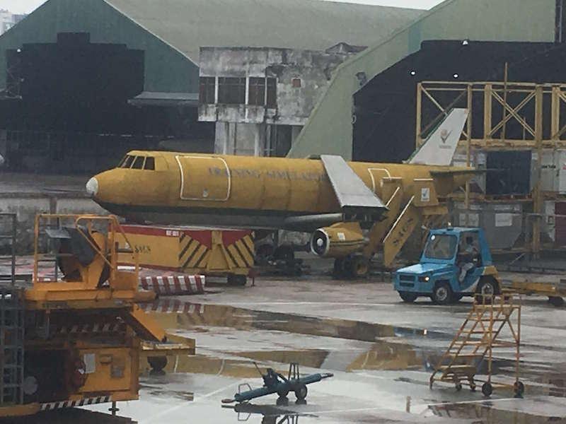 ホーチミンの空港で見つけた謎のハリボテ飛行機