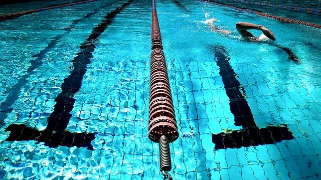 早朝にプールで泳ぐ