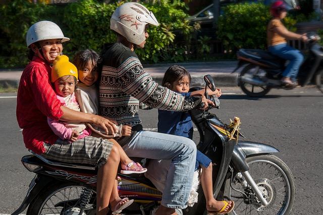 インドネシア バイク 家族 4人乗り