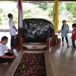 海外子育て「国は作るもの?」インドネシア初代スカルノ大統領の墓地で質問