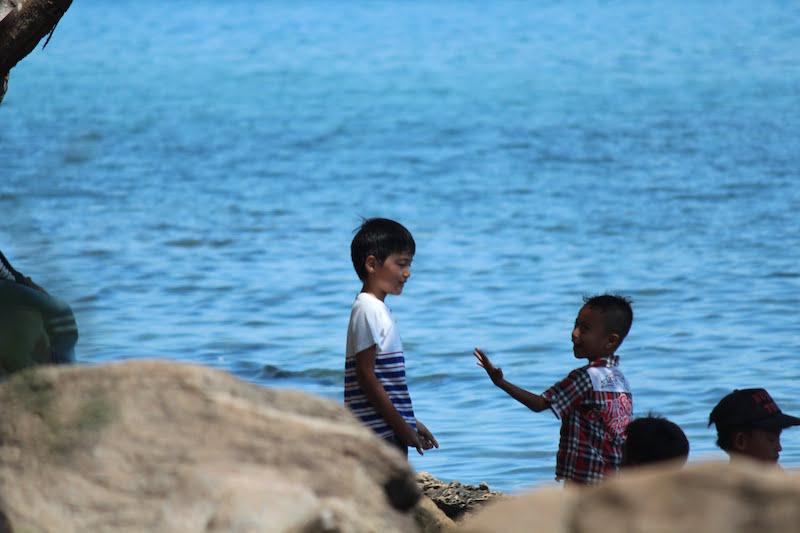 ロンボク島の子供と会話