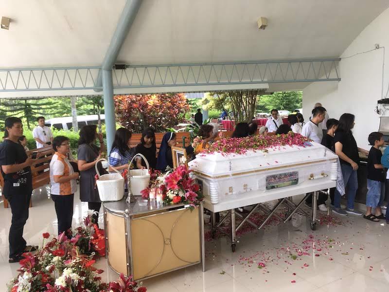 インドネシア セントン火葬場 マラン 棺と参列者
